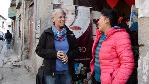 Kerstin im Gespräch mit El Ceibo Verkäuferin