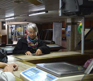 Kerstin beim Versenden der Postkarten